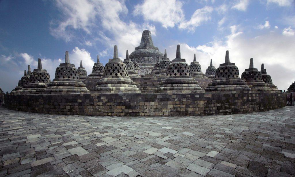 Candi Borobudur adalah salah satu tempat wisata yang banyak dikunjungi baik wisatawan lokal atau mancanegara