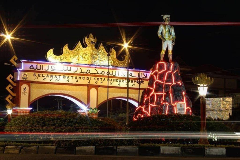 Salah satu tugu yang menjadi ikon atau daya tarik di Bandar Lampung