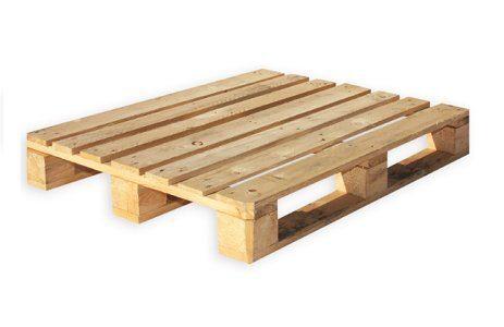 Palet kayu sebagai tempat pakan ayam agar pakan tidak mudah berjamur atau rusak